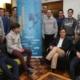 Jóvenes participantes en estas jornadas posan con el director general de Patrimonio de la Junta, Enrique Sáiz, en el Colegio Mayor Peñafiel de Valladolid / Dos Santos