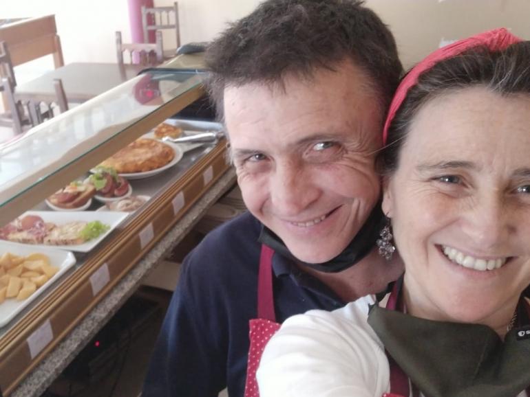 Estela y Felipe en el bar del pueblo