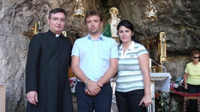 Con todos mis amigos procuro ir a Covadonga. También acudieron Emmanuel –Pope rumano– y su esposa Gabriela, que aparecen con D. Francisco