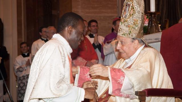 Abrazo del Prelado del Opus Dei el día de la ordenación
