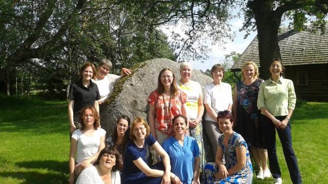 Isabel junto con un grupo de cooperadoras letonas