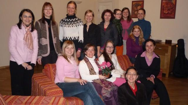 Isabel con un grupo de universitarias letonas