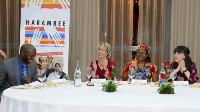 En el centro, Ana Cristina de Andrés y la Dra. Esther Tallah, Premio Harambee 2016 a la Promoción e Igualdad de la Mujer Africana, durante la cena benéfica celebrada en Asturias