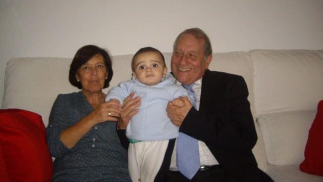 Con su mujer, Blanca, y su nieto, Nacho.