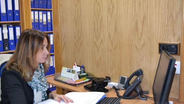 Miriam en la oficina