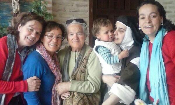 Rebeca con su abuela, su madre, sus tías y sobrino