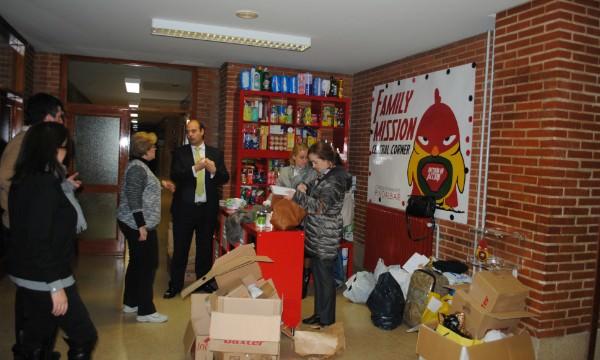 Los viernes se amontonan en el hall del colegio alimentos y otros productos llevados por los padres y escolares, que se distribuirán entre las familias auxiliadas.