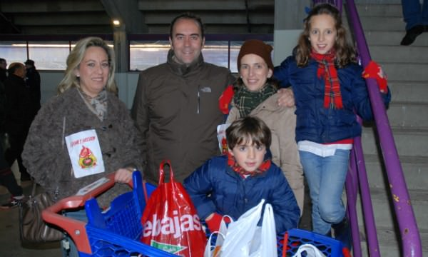 """El Real Valladolid nos ofreció la posibilidad de recoger alimentos para Family Mission entre los espectadores de un partido de fútbol. Una de las familias del colegio expone el carro con la """"buena carga"""" obtenida en el interior del estadio."""